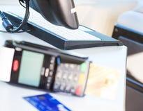 Χέρι που χρησιμοποιεί μια τελική μηχανή πιστωτικών καρτών για την πληρωμή στη τραπεζαρία και την υπεραγορά, υπολογισμός στο διαδί Στοκ εικόνες με δικαίωμα ελεύθερης χρήσης
