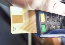 Χέρι που χρησιμοποιεί μια τελική μηχανή πιστωτικών καρτών για την πληρωμή στη τραπεζαρία και την υπεραγορά, υπολογισμός στο διαδί Στοκ Φωτογραφία
