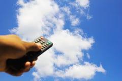 Χέρι που χρησιμοποιεί τη TV Στοκ φωτογραφία με δικαίωμα ελεύθερης χρήσης