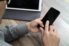 Χέρι που χρησιμοποιεί τις κινητές σε απευθείας σύνδεση αγορές πληρωμών, κανάλι omni, εικονίδιο cus Στοκ φωτογραφίες με δικαίωμα ελεύθερης χρήσης