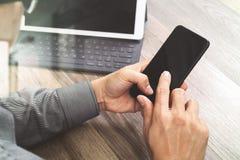Χέρι που χρησιμοποιεί τις κινητές σε απευθείας σύνδεση αγορές πληρωμών, κανάλι omni, εικονίδιο cus Στοκ εικόνα με δικαίωμα ελεύθερης χρήσης