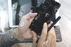 Χέρι που χρησιμοποιεί τις κινητές σε απευθείας σύνδεση αγορές πληρωμών, κανάλι omni, εικονίδιο cus Στοκ Φωτογραφία