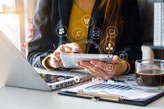 Χέρι που χρησιμοποιεί το έξυπνο τηλέφωνο, κινητές σε απευθείας σύνδεση αγορές πληρωμών, omni στοκ εικόνες με δικαίωμα ελεύθερης χρήσης