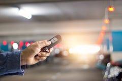 Χέρι που χρησιμοποιεί το βασικό τηλεχειρισμό του αυτοκινήτου υπόγεια στοκ εικόνα με δικαίωμα ελεύθερης χρήσης
