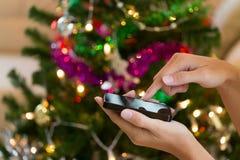 Χέρι που χρησιμοποιεί το κινητό έξυπνο τηλέφωνο με το ζωηρόχρωμο ligh στοκ εικόνες