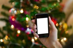Χέρι που χρησιμοποιεί το κινητό έξυπνο τηλέφωνο με το ζωηρόχρωμο ligh στοκ φωτογραφία με δικαίωμα ελεύθερης χρήσης