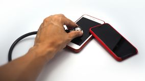 Χέρι που χρησιμοποιεί το στηθοσκόπιο για να ελέγξει το smartphone στοκ εικόνα