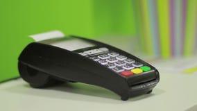 Χέρι που χρησιμοποιεί το τερματικό τραπεζών για την πληρωμή με πιστωτική κάρτα απόθεμα βίντεο