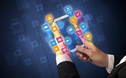 Χέρι που χρησιμοποιεί το smartphone με τα γωνιακά app εικονίδια Στοκ Εικόνα
