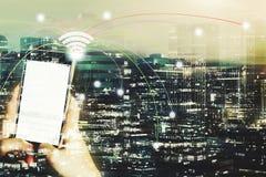 Χέρι που χρησιμοποιεί το smartphone με τη σε απευθείας σύνδεση σύνδεση δικτύων με τη νύχτα Στοκ Εικόνα
