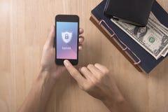 Χέρι που χρησιμοποιεί το smartphone με app την κλειδαριά στην οθόνη έννοια cyber Στοκ Εικόνες