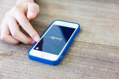 Χέρι που χρησιμοποιεί το smartphone με Kindle app, χρησιμοποιώντας τη σύγχρονη τεχνολογία Στοκ εικόνα με δικαίωμα ελεύθερης χρήσης
