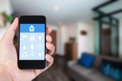 Χέρι που χρησιμοποιεί το smartphone στο έξυπνο σπίτι app σε κινητό Στοκ φωτογραφίες με δικαίωμα ελεύθερης χρήσης