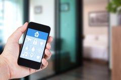 Χέρι που χρησιμοποιεί το smartphone στο έξυπνο σπίτι app σε κινητό Στοκ εικόνες με δικαίωμα ελεύθερης χρήσης