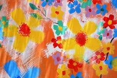 Χέρι που χρωματίζει το αφηρημένο λουλούδι στον τοίχο Στοκ φωτογραφία με δικαίωμα ελεύθερης χρήσης