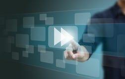 Χέρι που ωθεί ένα γρήγορο μπροστινό κουμπί στοκ εικόνες