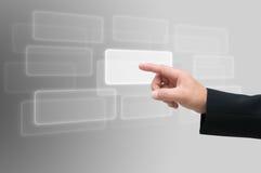 Χέρι που ωθεί σε μια διαπροσωπεία οθόνης αφής στοκ εικόνες