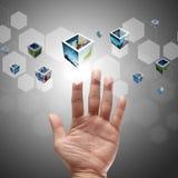 Χέρι που ωθεί σε μια διαπροσωπεία οθόνης αφής Στοκ φωτογραφία με δικαίωμα ελεύθερης χρήσης
