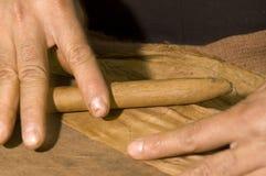 χέρι πούρων που κυλιέται Στοκ φωτογραφία με δικαίωμα ελεύθερης χρήσης
