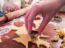 Χέρι προετοιμασιών μπισκότων ζάχαρης με τον κόπτη μπισκότων στοκ εικόνα με δικαίωμα ελεύθερης χρήσης