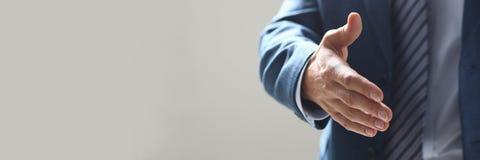 Χέρι προσφοράς επιχειρηματιών που τινάζει όπως γειά σου στην κινηματογράφηση σε πρώτο πλάνο γραφείων στοκ εικόνες