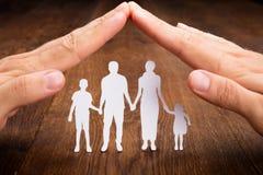 Χέρι προσώπων που προστατεύει την οικογένεια Papercut Στοκ φωτογραφία με δικαίωμα ελεύθερης χρήσης