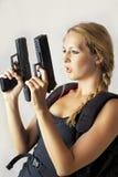 χέρι πυροβόλων όπλων που κρατά τη γυναίκα δύο Στοκ Εικόνες