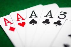 Χέρι πόκερ των καρτών παιχνιδιού στο πράσινο ύφασμα χαρτοπαικτικών λεσχών Στοκ εικόνα με δικαίωμα ελεύθερης χρήσης