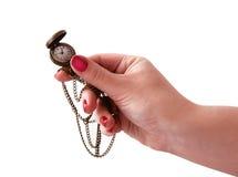 χέρι ρολογιών που κρατά τον παλαιό ανοιγμένο τρύγο τσεπών Στοκ φωτογραφία με δικαίωμα ελεύθερης χρήσης