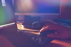 Χέρι σε ένα ποντίκι υπολογιστών Στοκ Εικόνες