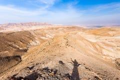 Χέρι σκιών ατόμων που στέκεται επάνω την κορυφογραμμή βουνών ερήμων, Ισραήλ στοκ φωτογραφία με δικαίωμα ελεύθερης χρήσης