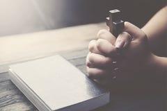 Χέρι σταυρών, βιβλίων και γυναικών Στοκ φωτογραφίες με δικαίωμα ελεύθερης χρήσης