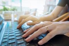Χέρι στενό σε επάνω πληκτρολογίων, επιχειρησιακή γυναίκα που λειτουργεί στο lap-top στο χ Στοκ φωτογραφία με δικαίωμα ελεύθερης χρήσης