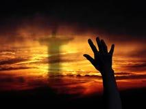 Χέρι στην ανασκόπηση ηλιοβασιλέματος Στοκ Εικόνες