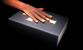 Χέρι στη Βίβλο Στοκ φωτογραφία με δικαίωμα ελεύθερης χρήσης