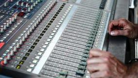 Χέρι στον επαγγελματικό ακουστικό αναμίκτη απόθεμα βίντεο
