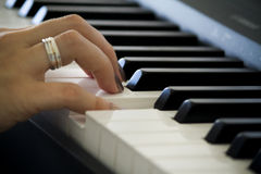 Χέρι στο πιάνο στοκ εικόνες