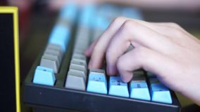 Χέρι στο πληκτρολόγιο υπολογιστών φιλμ μικρού μήκους