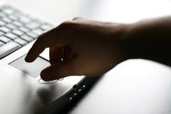 Χέρι στο πληκτρολόγιο στοκ εικόνα με δικαίωμα ελεύθερης χρήσης