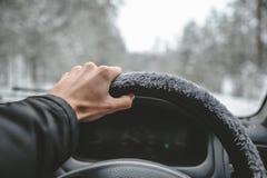 Χέρι στο τιμόνι Οδήγηση στο χειμερινό δάσος Στοκ φωτογραφία με δικαίωμα ελεύθερης χρήσης