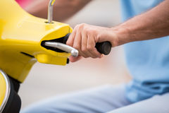 Χέρι στο scooter& x27 τιμόνι του s Στοκ Εικόνες