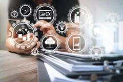 Χέρι σχεδιαστών που χρησιμοποιεί τις κινητές σε απευθείας σύνδεση αγορές πληρωμών, κανάλι omni στοκ εικόνα