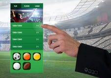 Χέρι σχετικά με ένα στάδιο διεπαφών στοιχημάτισης App Στοκ Φωτογραφία