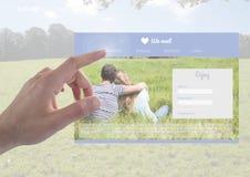 Χέρι σχετικά με μια χρονολογώντας App διεπαφή Στοκ Φωτογραφία