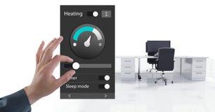 Χέρι σχετικά με μια App θερμοκρασίας θέρμανσης συστημάτων αυτοματισμού γραφείου διεπαφή Στοκ φωτογραφία με δικαίωμα ελεύθερης χρήσης