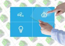 Χέρι σχετικά με μια App συστημάτων αυτοματοποίησης ταμπλετών και σπιτιών γυαλιού διεπαφή Στοκ Εικόνα