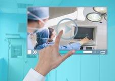 Χέρι σχετικά με την ιατρική App video λειτουργίας διεπαφή Στοκ εικόνες με δικαίωμα ελεύθερης χρήσης