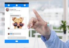 Χέρι σχετικά με την κοινωνική διεπαφή MEDIA App στα σχέδια Σαββατοκύριακου γραφείων Στοκ φωτογραφία με δικαίωμα ελεύθερης χρήσης