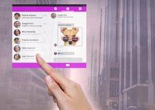 Χέρι σχετικά με την κοινωνική διεπαφή MEDIA App στην πόλη Στοκ φωτογραφία με δικαίωμα ελεύθερης χρήσης