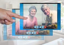 Χέρι σχετικά με την κοινωνική τηλεοπτική App συνομιλίας διεπαφή Στοκ Φωτογραφία
